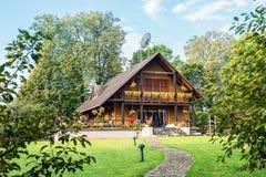 Ξύλινο εξοχικό σπίτι Στοκ φωτογραφίες με δικαίωμα ελεύθερης χρήσης