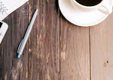 Ξύλινο επιτραπέζιο υπόβαθρο με τον καυτό καφέ Στοκ Εικόνες