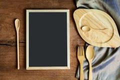 Ξύλινο εργαλείο στην κουζίνα στο παλαιό ξύλινο υπόβαθρο με το blackboa Στοκ φωτογραφία με δικαίωμα ελεύθερης χρήσης