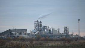 Ξύλινο εργοστάσιο με τον γκρίζο ουρανό φιλμ μικρού μήκους