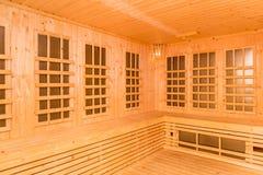 Ξύλινο εσωτερικό του υπέρυθρου δωματίου σαουνών, νέα τεχνολογία της υγείας Στοκ φωτογραφίες με δικαίωμα ελεύθερης χρήσης