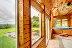 Ξύλινο εσωτερικό luxury spa του δωματίου με τη σκάφη τζακούζι και το πάτωμα κεραμιδιών πετρών Στοκ Φωτογραφία