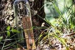 Ξύλινο θερμόμετρο με το μπουκάλι νερό Στοκ Εικόνα