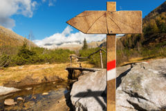 Ξύλινο κατευθυντικό σημάδι ιχνών στο βουνό Στοκ φωτογραφία με δικαίωμα ελεύθερης χρήσης