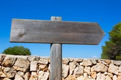 Ξύλινο κενό οδικό σημάδι διαδρομής σε μεσογειακό κάτοικο των Βαλεαρίδων νήσων Στοκ Φωτογραφία