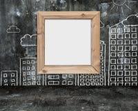 Ξύλινο κενό πλαισίων whiteboard με τα κτήρια σύννεφων ήλιων doodles Στοκ φωτογραφίες με δικαίωμα ελεύθερης χρήσης