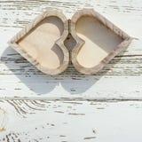 Ξύλινο κιβώτιο καρδιών στο άσπρο ξύλο Στοκ Φωτογραφία