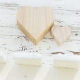 Ξύλινο κιβώτιο καρδιών στο άσπρο ξύλο Στοκ Φωτογραφίες