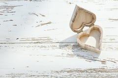 Ξύλινο κιβώτιο καρδιών στο άσπρο ξύλο Στοκ εικόνες με δικαίωμα ελεύθερης χρήσης