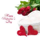 Ξύλινο κιβώτιο, κόκκινα καρδιές και τριαντάφυλλα, που απομονώνονται Στοκ εικόνες με δικαίωμα ελεύθερης χρήσης