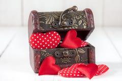 Ξύλινο κιβώτιο με μικρές καρδιές Στοκ Εικόνες