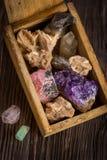 Ξύλινο κιβώτιο με τη συλλογή των βράχων και των μεταλλευμάτων Στοκ φωτογραφία με δικαίωμα ελεύθερης χρήσης