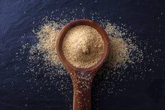Ξύλινο κουτάλι με τη σκόνη σκόρδου Στοκ φωτογραφία με δικαίωμα ελεύθερης χρήσης