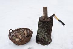 Ξύλινο κολόβωμα καυσόξυλου τσεκουριών Στοκ εικόνα με δικαίωμα ελεύθερης χρήσης
