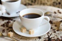 Ξύλινο κολόβωμα καφέ φλυτζανιών ζευγαριού Στοκ Φωτογραφίες
