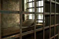 Ξύλινο κρεβάτι σε ένα μεσαιωνικό κελί φυλακής Στοκ φωτογραφία με δικαίωμα ελεύθερης χρήσης