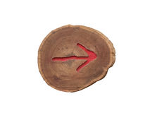 Ξύλινο κόκκινο βέλος στο δικαίωμα στοκ εικόνα