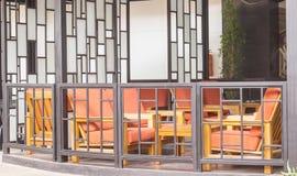 Ξύλινο κόκκινο μαξιλάρι καρεκλών για το υπόλοιπο Στοκ φωτογραφία με δικαίωμα ελεύθερης χρήσης