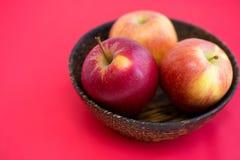 Ξύλινο κύπελλο με τα μήλα Στοκ Φωτογραφία