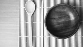 Ξύλινο κύπελλων και chopstick κουταλιών ύφος τόνου χρώματος γραπτό Στοκ Φωτογραφίες