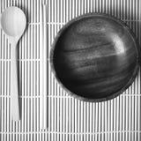 Ξύλινο κύπελλων και chopstick κουταλιών ύφος τόνου χρώματος γραπτό Στοκ Εικόνα