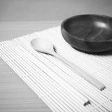 Ξύλινο κύπελλων και chopstick κουταλιών ύφος τόνου χρώματος γραπτό Στοκ Εικόνες