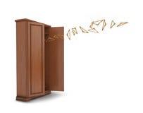 Ξύλινο μεγάλο ανοικτό ντουλάπι με τις πετώντας κρεμάστρες  Στοκ Εικόνες