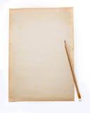 Ξύλινο μολύβι σε παλαιό τσαλακωμένο ρύπος χαρτί Στοκ Φωτογραφίες