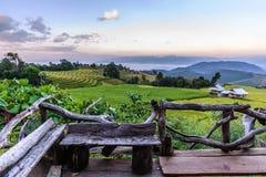Ξύλινο μπαλκόνι για φυσικό του terraced τομέα ρυζιού στην απαγόρευση PA Bong Piang, μαρμελάδα της Mae σε Chiang Mai, Ταϊλάνδη στοκ φωτογραφία με δικαίωμα ελεύθερης χρήσης