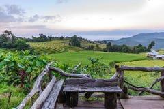 Ξύλινο μπαλκόνι για φυσικό του terraced τομέα ρυζιού στην απαγόρευση PA Bong Piang, μαρμελάδα της Mae σε Chiang Mai, Ταϊλάνδη στοκ φωτογραφίες με δικαίωμα ελεύθερης χρήσης