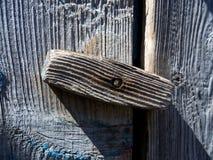 Ξύλινο μπουλόνι στροφέων στην παλαιά πόρτα στοκ εικόνες