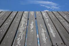 Ξύλινο μπλε ουρανού φρακτών Στοκ φωτογραφία με δικαίωμα ελεύθερης χρήσης