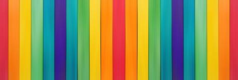 Ξύλινο ουράνιο τόξο φρακτών ζωηρόχρωμο για ξύλινο κατασκευασμένο Στοκ φωτογραφία με δικαίωμα ελεύθερης χρήσης