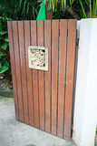 Ξύλινο λουλούδι στην πόρτα όπως διακοσμητικό Στοκ φωτογραφία με δικαίωμα ελεύθερης χρήσης