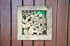 Ξύλινο λουλούδι στην πόρτα όπως διακοσμητικό Στοκ εικόνες με δικαίωμα ελεύθερης χρήσης