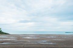 Ξύλινο πάτωμα ή διαστημικό πάτωμα με την άποψη θάλασσας Στοκ Φωτογραφίες