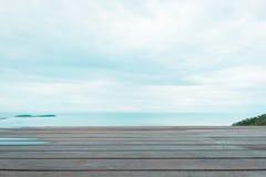 Ξύλινο πάτωμα ή διαστημικό πάτωμα με την άποψη θάλασσας Στοκ φωτογραφία με δικαίωμα ελεύθερης χρήσης