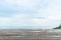 Ξύλινο πάτωμα ή διαστημικό πάτωμα με την άποψη θάλασσας Στοκ Εικόνα