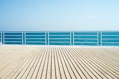 Ξύλινο πάτωμα, θάλασσα, μπλε ουρανός Στοκ Εικόνες