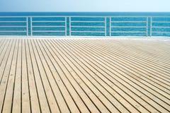 Ξύλινο πάτωμα, θάλασσα, μπλε ουρανός Στοκ Εικόνα