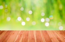 Ξύλινο πάτωμα μέσα σε πράσινο Bokeh για το υπόβαθρο Στοκ Φωτογραφία