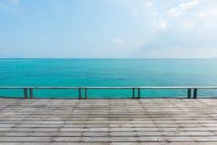 Ξύλινο πάτωμα με τον όμορφο ωκεανό στοκ εικόνες