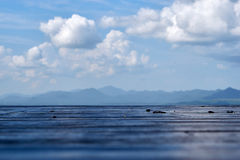 Ξύλινο πάτωμα με το υπόβαθρο βουνών και σύννεφων Στοκ εικόνες με δικαίωμα ελεύθερης χρήσης