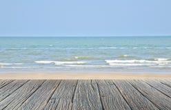 ξύλινο πάτωμα στην παραλία άμμου με τη θάλασσα και την όμορφη φυσική τροπική θάλασσα μπλε ουρανού Στοκ Φωτογραφία