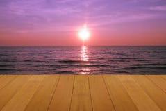 Ξύλινο πάτωμα στη θάλασσα με το πορφυρό ηλιοβασίλεμα που καίει την όμορφη φυσική τροπική θάλασσα Skie Στοκ Εικόνα