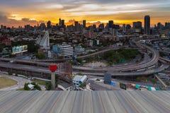 Ξύλινο πάτωμα Opeing του ορίζοντα της Μπανγκόκ με overpass εθνικών οδών τη διατομή Στοκ εικόνα με δικαίωμα ελεύθερης χρήσης
