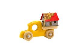 Ξύλινο παιχνίδι φορτηγών με την πρότυπη έννοια σπιτιών Στοκ Εικόνα
