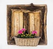 Ξύλινο παράθυρο με τα λουλούδια, εποχιακή διακόσμηση Στοκ φωτογραφία με δικαίωμα ελεύθερης χρήσης