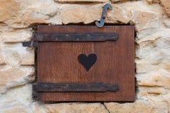 Ξύλινο παράθυρο ρομαντικό Στοκ φωτογραφία με δικαίωμα ελεύθερης χρήσης
