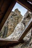 Ξύλινο παράθυρο στο βουνό στοκ εικόνες
